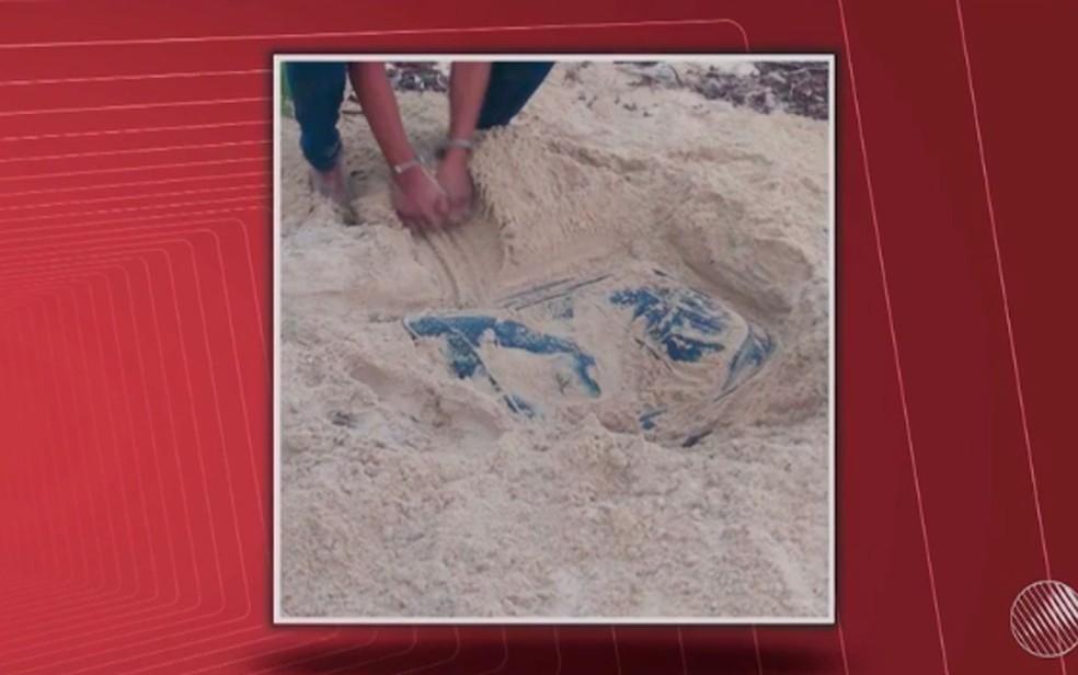 Corpo de assistente social estava dentro de uma mala que foi enterrada na areia da praia (Foto: Reprodução/ TV Santa Cruz)
