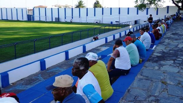 Torcida proletária compareceu ao Sabino nesta terça-feira (Foto: Felipe Martins/GLOBOESPORTE.COM)