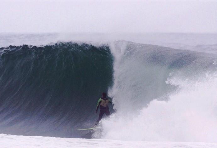 Surfistas surfam no lixo e poluição de São Conrado (Foto: Andre Callado)