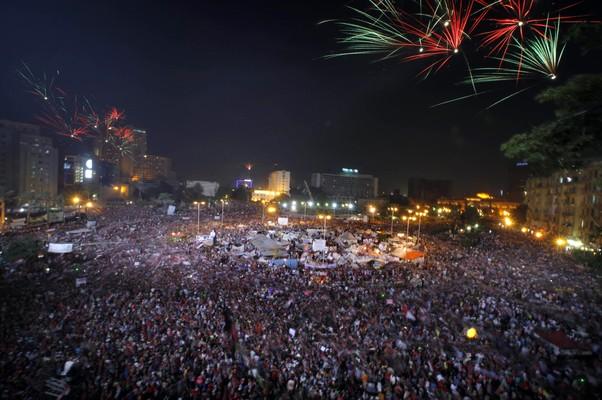 Queima de fogos na Praça Tahrir após o Exército anunciar a queda do presidente Mohamed Morsi, no Egito (Foto: Amr Nabil/AP)