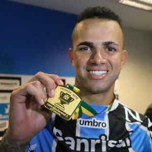 edb78ac537173 Luan Grêmio medalha título Copa do brasil (Foto  Eduardo Deconto    GloboEsporte.com