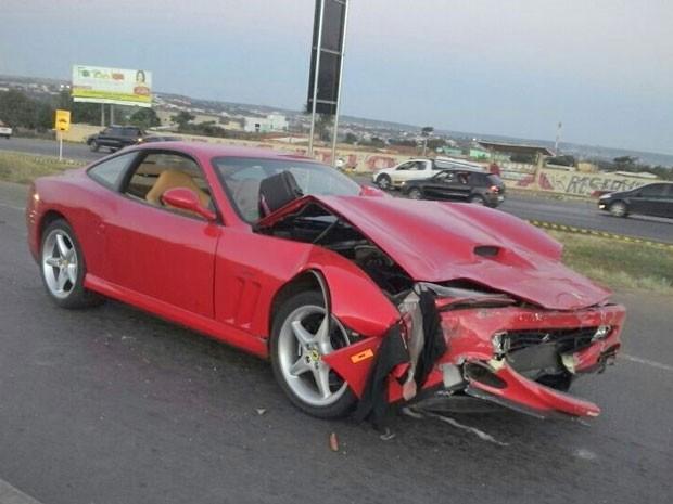 Ferrari dirigida por homem de 61 anos, envolvida em engavetamento na BR-020 (Foto: Polícia Rodoviária Federal/Divulgação)