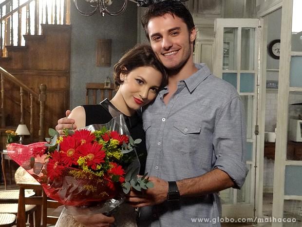 Laís Pinho e Hugo Bonemer ficam felizes com a torcida pelo casal (Foto: Malhação / TV Globo)