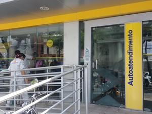 Funcionários limparam fachada de agências no primeiro dia após o fim da greve dos bancários em João Pessoa (Foto: Diogo Almeida/G1)
