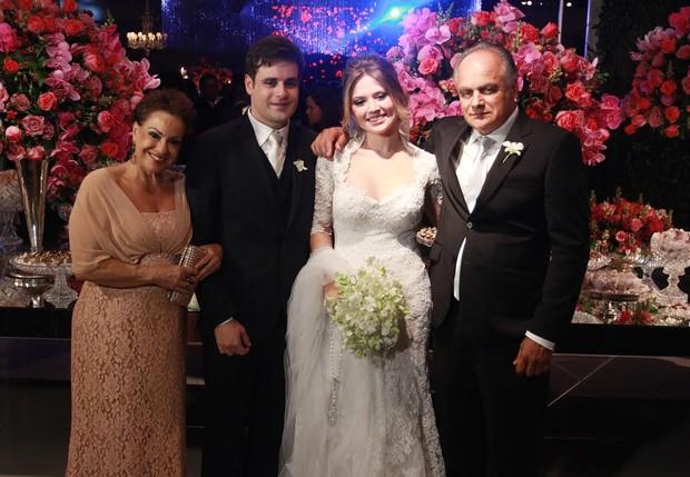 Vesgo e a noiva posam com os pais do repórter  (Foto: Celso Tavares/EGO)