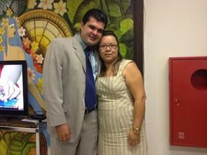 Dhiego Coelho ao lado da esposa Alessandra  (Foto: Valéria Oliveira/G1)