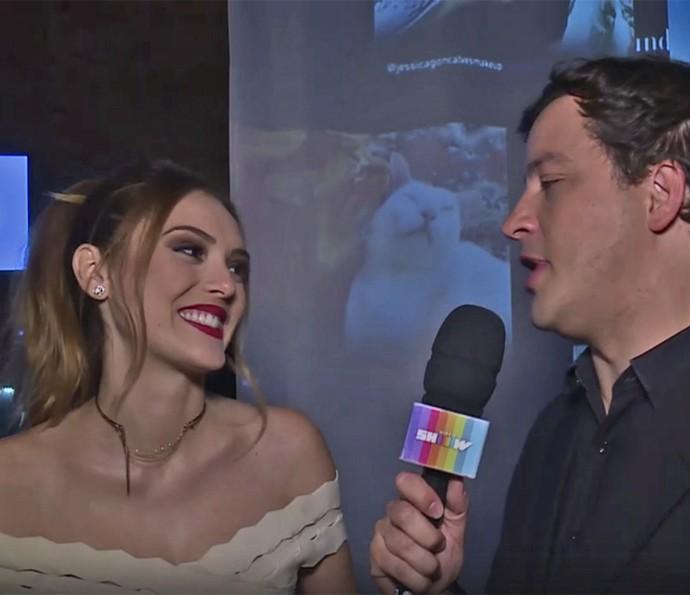 Isabelle Drummond bate um papo com Rafael Cortez no lançamento de 'A Lei do Amor' (Foto: TV Globo)