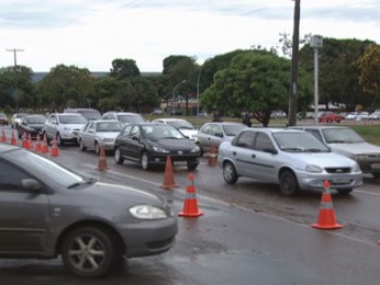 Detran realiza operação em frente a escola do DF para melhorar trânsito (Foto: TV Globo/ Reprodução)