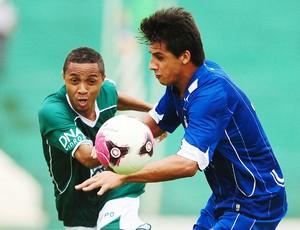Clebinho tenta passar por Moradei (Foto: Marcos Ribolli/ Globoesporte.com)
