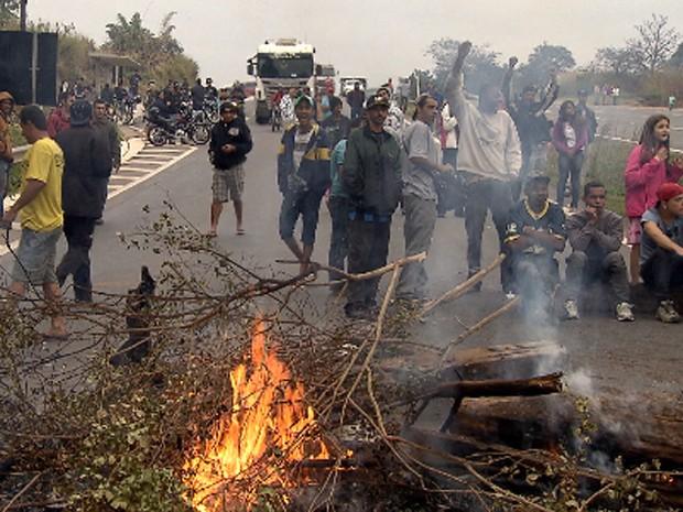 Manifestantes ateiam fogo e montam barreira na MG-050 (Foto: Reprodução/TV Globo)