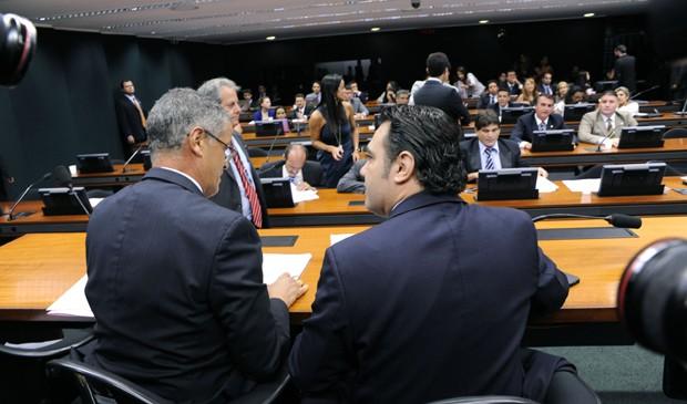 O deputado Marco Feliciano (PSC-SP), à dir., durante sessão desta quarta (3) na Comissão de Direitos Humanos (Foto: Alexandra Martins/Ag. Câmara)