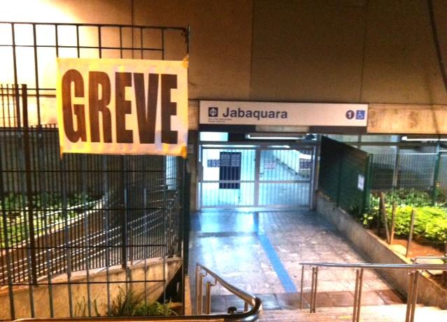 Greve do Metrô com a estação Jabaquara fechada (Foto: Sérgio Lorena/G1)