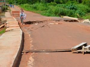 Moradores se arriscam para passar na estrutura (Foto: Magda Oliveira/G1)