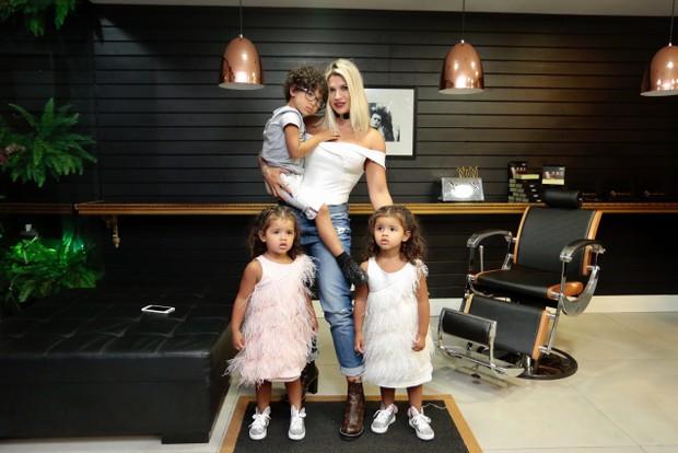 Dani Souza com os filhos (Foto: Rafael Cusato/EGO)