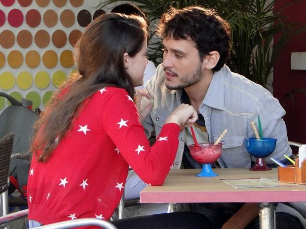Nélio tenta beijar Ju, mas ela se afasta dele (Foto: Malhação / TV Globo)