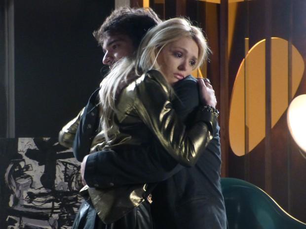 Megan fica com medo de Davi terminar relação e chora (Foto: Geração Brasil/TV Globo)
