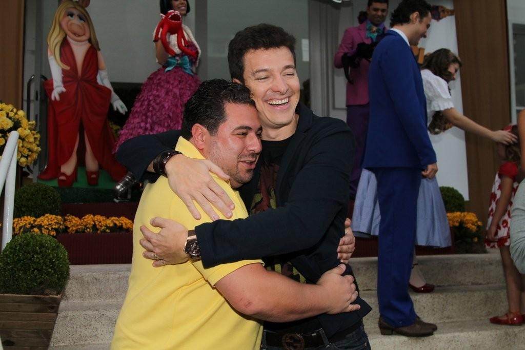 Rodrigo Faro posou com fã (Foto: Thiago Duran/AgNews)