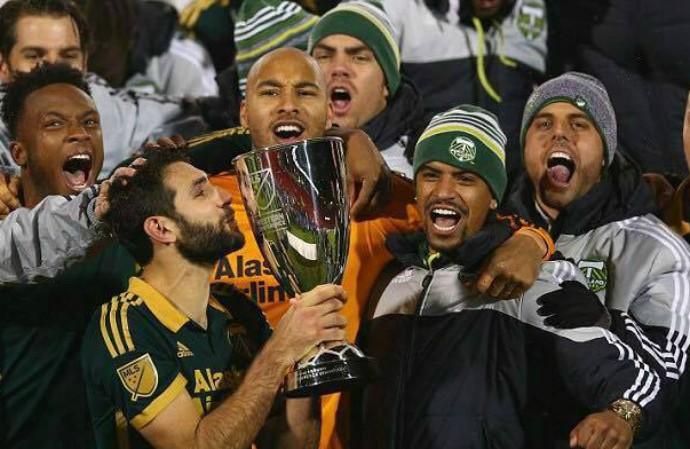 Jeanderson participa do momento de levantar a taça de campeão da MLS (Foto: Divulgação/Getty Images)