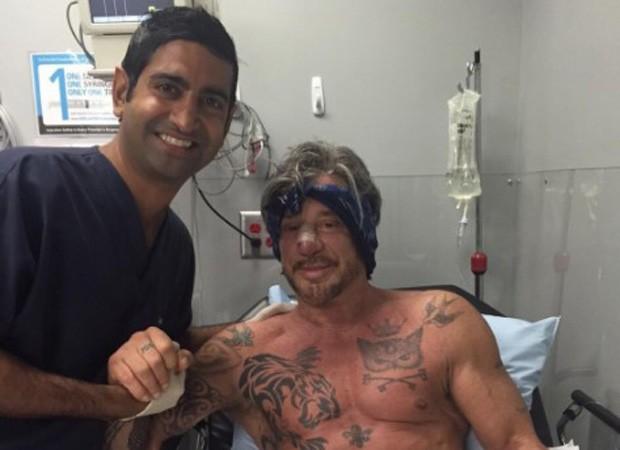 Mickey Rourke e médico após nova cirurgia no nariz (Foto: Reprodução/Instagram)