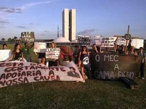 Alunos da Gama Filho promovem enterro simbólico da educação para protestar contra o descredenciamento da universidade fluminense (Foto: Isabella Calzolari / G1)