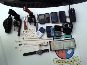 Armas e objetos apreendidos com os assaltantes foram levados para a delegacia  (Foto: Divulgação/Polícia Militar do RN)