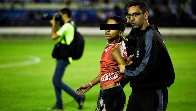Jovem torcedor do CRB é detido após o Clássico das Multidões (Foto: Jonathan Lins/G1)