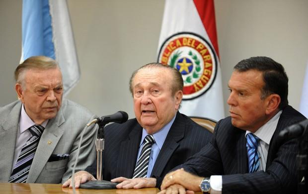 Nicolás Leoz, presidente da Conmebol ao lado de José Maria Marin presidente da CBF e Juan Angel Naputy (Foto: Agência AFP)