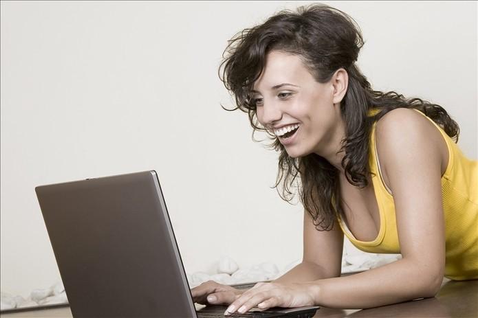 Garota rindo com Laptop (Foto: Pond5)