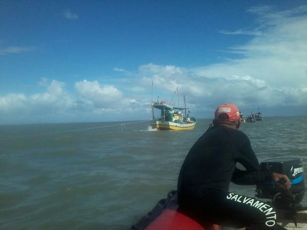 Operação para retirada da embarcação do mar durou todo o domingo (Foto: Major Munilso / Corpo de Bombeiros)