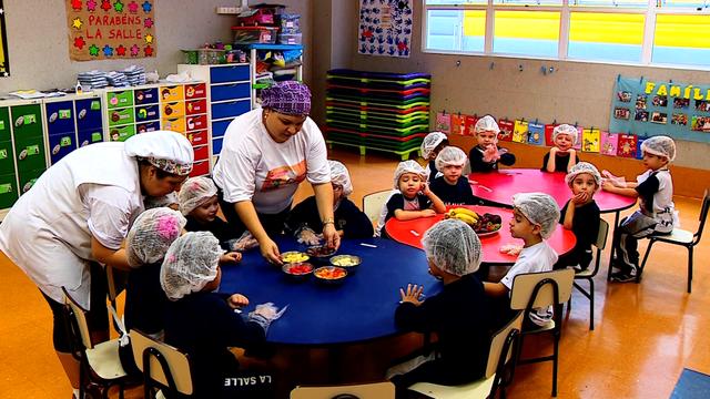Escola ensina crianças a gostarem de diferentes frutas e verduras (Foto: Reprodução/RBS TV)