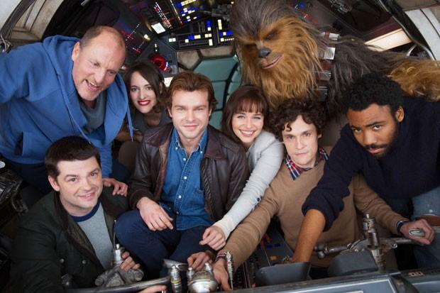 Equipe do filme de 'Han Solo' reunida no set de filmagem (Foto: Divulgação/Disney)