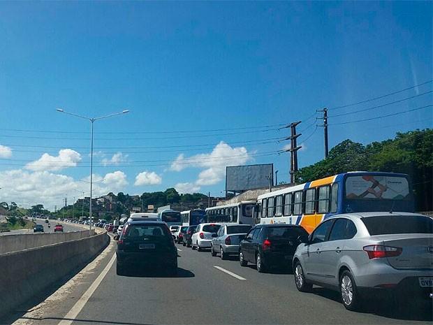 Trânsito congestionado por causa de vazamento na BR-324 (Foto: Genildo Lawinscky/TV Bahia)