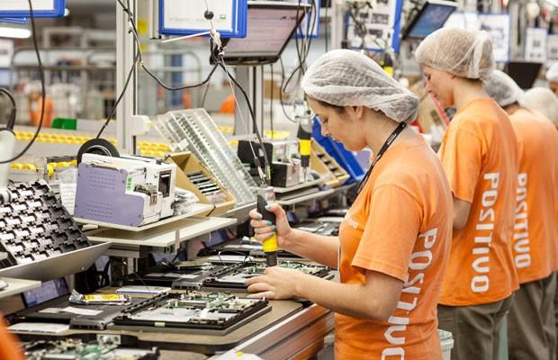 Linha de montagem da fabricante brasileira Positivo Informática, líder em computadores no Brasil. (Foto: Divulgação/Positivo)