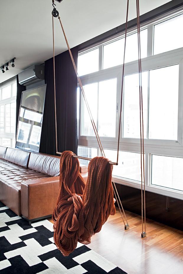Instalação | Proteína Estimulada, do artista Armarinhos Teixeira, lembra um trapézio (Foto: Lufe Gomes/Editora Globo)