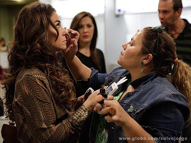 Giovanna Antonelli retoca a maquiagem  (Foto: Salve Jorge/Tv Globo)