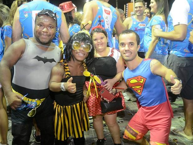 Foliões curtem o carnaval na Barra fantasiados (Foto: Diogo Macedo/Ag Haack)
