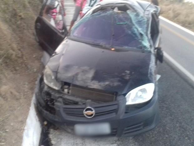 Tio e sobrinha ficaram feridos após carro capotar na BR-104, entre Agrestina e Cupira (Foto: Divulgação/PRF)