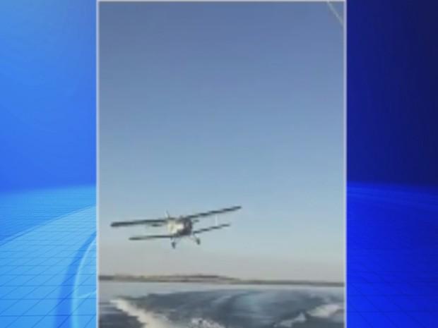 Avião passa bem perto da embarcação em Araçatuba (Foto: Reprodução / TV TEM)