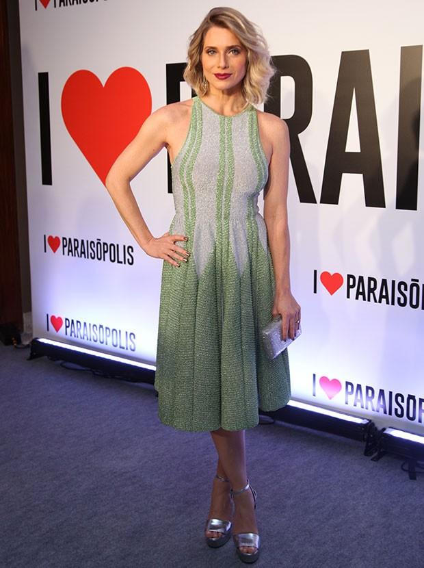 Letícia aposta em um vestido brilhoso com sandálias e bolsa combinando. E que batom é esse? Ela está maravilhosa! (Foto: Fabiano Battaglin / Gshow)