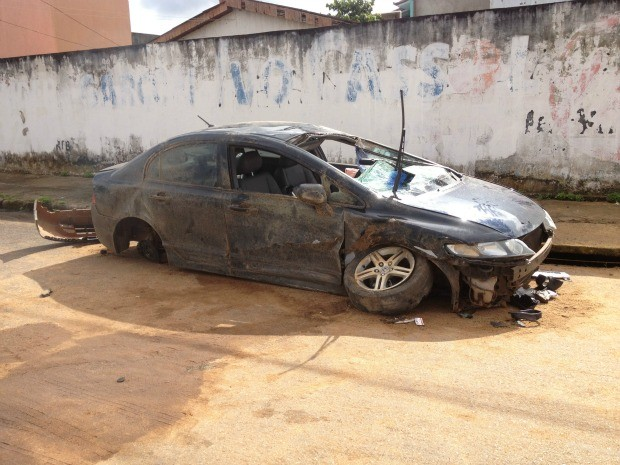 Automóvel capotado foi deixado na via pela polícia (Foto: Ivanete Damasceno / G1)