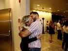 Natallia Rodrigues troca carinhos com o noivo em estreia de peça