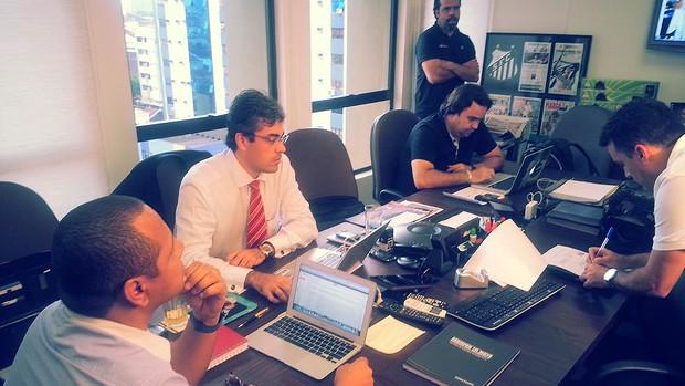 Neymar pai em reunião da NR Sports (Foto: Marcelo Hazan)