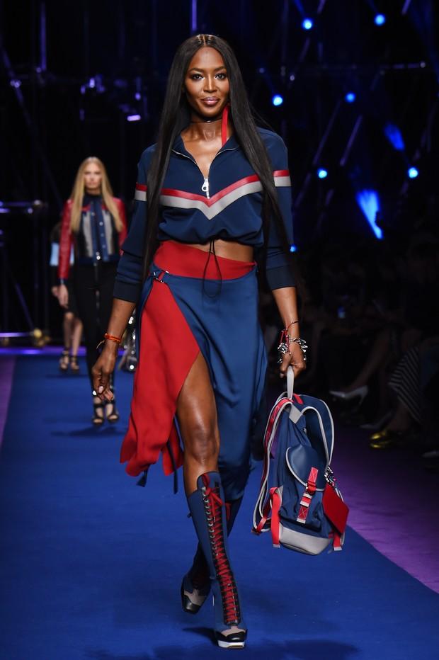 Modelo Naomi Campbell, com 46 anos de idade, brilha na passarela do Milão Fashion Week (Foto: AFP)