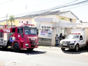Incêndio em residência em Cuiabá (Foto: Kelly Martins/G1)
