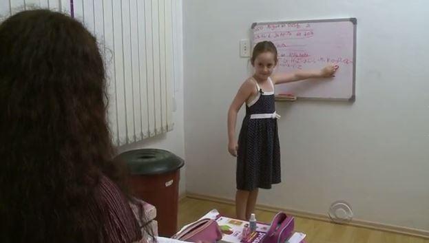 Aline dá aulas de segunda a sexta-feira em seu quarto (Foto: Reprodução/RBS TV)