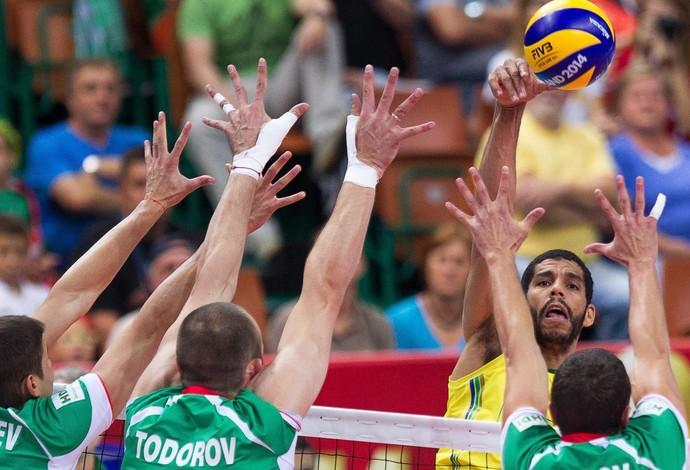 wallace brasil x bulgaria volei mundial   (Foto: EFE)
