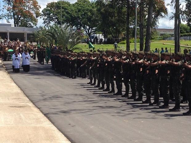 Quase 300 homens do Exército prestaram última homenagem ao general que morreu em voo a caminho do Brasil (Foto: Roberta Cólen/G1)