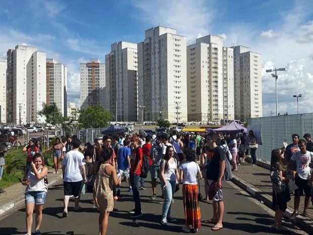 Alunos deixam campus da Unip, em Campinas, onde fizeram provas da Unicamp (Foto: Bruno Oliveira/G1)