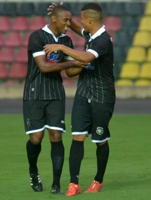 Ramon comemorando o segundo gol do Rio Branco-ES (Foto: Vitor Jubini/A Gazeta)