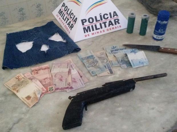 Armas e dinheiro apreendidos com suspeito de 18 anos, em Rubim (MG). (Foto: Polícia Militar/Divulgação)